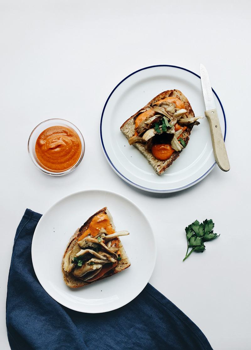 tostadas-romesco-hongos